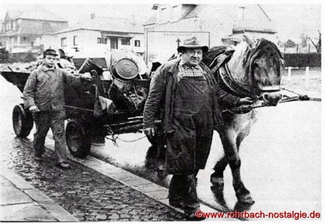"""""""Hase Hannes"""" mit seinem Sohn Adolf und seinem Pferd """"Fuchs"""" bei seiner täglichen Arbeit, hier in der Oberen Kaiserstraße (Ewwerdorf)."""