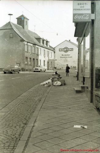 """So liegt der Müll auf dem Bürgersteig, um vom """"Hase Hannes"""" abgefahren zu werden 1964 Unfall beim Befahren der Tummelplatzstraße 1964 Unfall beim Befahren der Tummelplatzstraße"""