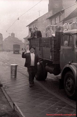 Ende 1967 gab Gemeindediener Albert Wahrheit mit der Dorfschelle die Ausgabe der neuen Mülleimer für die staubfreie Müllabfuhr bekannt (auf dem LKW die Gemeindearbeiter Georg Heib und Erwin Latz)