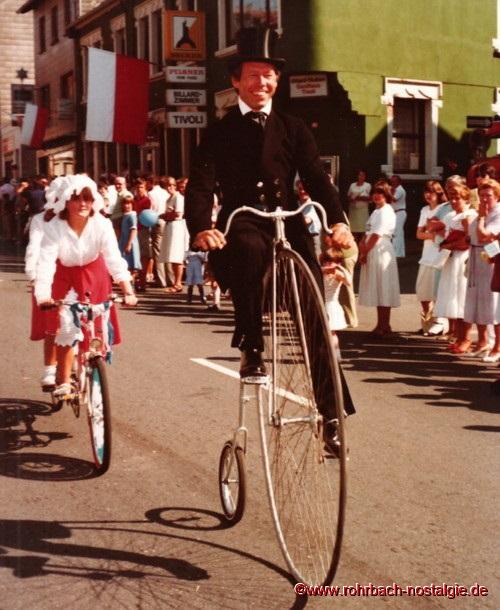 """Auf dem Hochrad Hans-Walter Treitz vom Radfahrerverein """"Siegeskranz"""""""