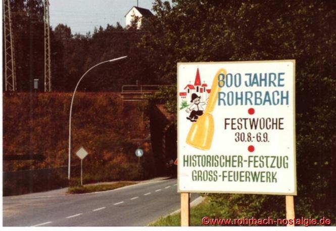 Ein Hinweisschild auf die 800 Jahrfeier Rohrbachs aus Richtung Hassel