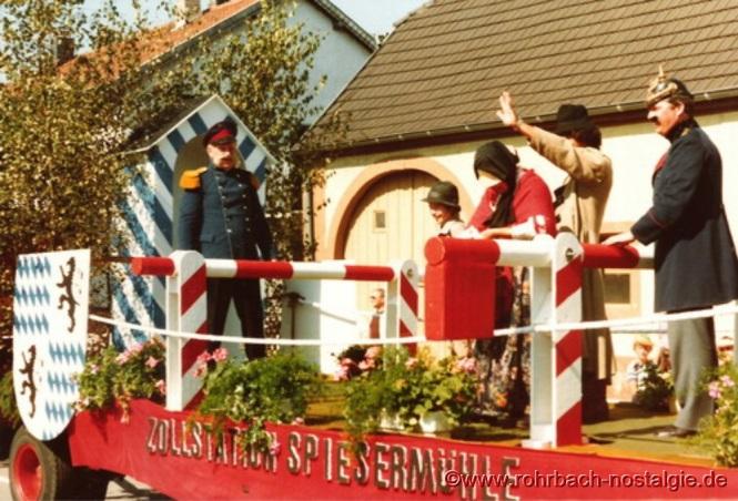Preußisch-bayrische Grenzstation Spiesermühle. Auf dem Foto von links: Dr. Karl-Horst Michel (Zahnarzt), Markus Kaiser, Therese Meyer, Wolfgang Kaiser und als Zollbeamter Hans-Joachim Stumpf Mit einem farbenprächtigen Großfeuerwerk in den Königswiesen geht am Abend des 6.September 1981 die Festwoche zur 800-Jahr Feier Rohrbachs zu Ende Mit einem farbenprächtigen Großfeuerwerk in den Königswiesen geht am Abend des 6.September 1981 die Festwoche zur 800-Jahr Feier Rohrbachs zu Ende Dieser Artikel entstand mit freundlicher Unterstützung von Walter Gehring, Susi Jacob,