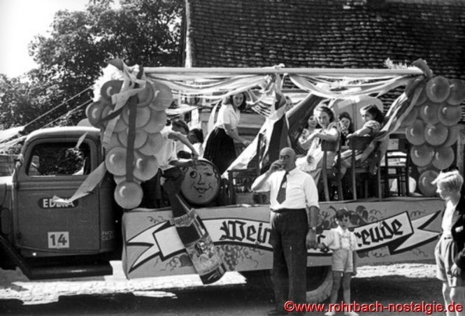 Der Wagen der Rohrbacher Lebensmittelgeschäfte. Auf dem Foto im Vordergrund Valentin Michaeli bei der Weinprobe