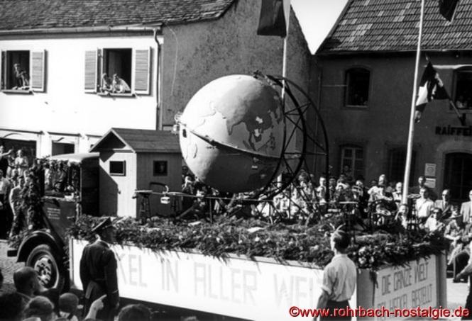 """Der Wagen der Firma Ernst Heckel (Kathrin) steht unter dem Motto: """"Die ganze Welt, bei Heckel bestellt"""""""