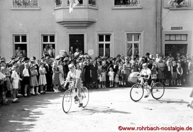 Junge Radfahrer an der Einbiegung Spieserstraße - Jugendheimstraße