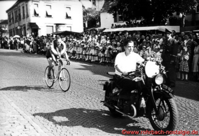 Auf dem Motorrad Elimar Becker, dahinter auf dem Fahrrad mit Siegeskranz Oskar Deckarm (de Pascha)