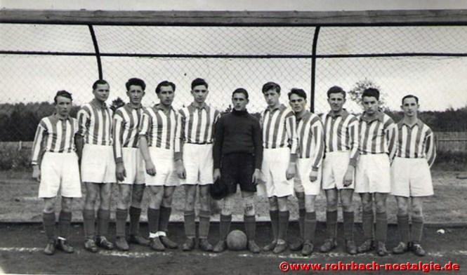 Die 1. Mannschaft im Spieljahr 1951-52. Auf dem Foto von links: Ewald Marquitz (Epp), Arno Peter, Heinz Abel, Karl Kehrwald, Eduard Gebhardt (Edi), Rene Mörschel, Kurt Hussong (Aules), Walter Schulz, Heinz Jacob (Neinzich), Franz Igel und Herbert Latz (Hexer) Mit der Verpflichtung des St.Ingberter Trainers Werner Harzheim gelang in der Saison 1952-53 die