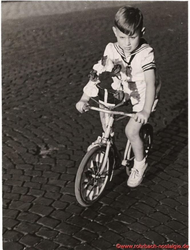 Jüngster Teilnehmer beim Festzug ist der 4-jährige Erich Wagner (Caramba) mit seinem Fahrrädchen