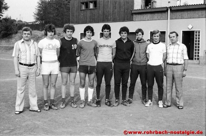 Juni 1976: Die Neuzugänge des SV Rohrbach mit den Verantwortlichen. Von links: Willi Herbold (Spielausschussvorsitzender), Michael Metzger II, Stefan Marquitz, Michael Metzger I, Claus Peter Kunz, Helwin Clemens, Claus Gesser, Trainer Gerd Schley und der 2. Vorsitzende Heinz Michaeli