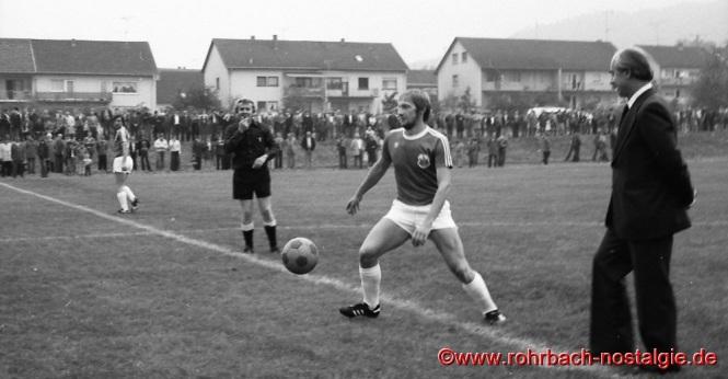 1977 Rohrbachs Sturmführer Klaus Dieter Groß und OB Dr. Hellenthal machen den ersten Anstoß