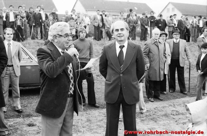 1977 am Kirmessonntag - Einweihung des Rasenplatzes in den Königswiesen durch den Vorsitzenden des SVR Paul Dohr und den St. Ingberter Oberbürgermeister Dr. Werner Hellenthal
