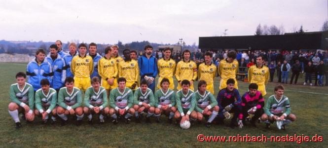 1990 im Januar: Ablösespiel in den Königswiesen für den zum 1. FC Saarbrücken gewechselten Jugendspieler Andreas Abel. Die Profikicker des 1. FC Saarbrücken (stehend) spielen gegen eine St. Ingberter Stadtauswahl