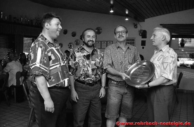 1994 wird Trainer Günter Schmalz verabschiedet. Auf dem Foto von links: Reinhard Gehring, Lothar Burkhart, Günter Schmalz und Carl Weber