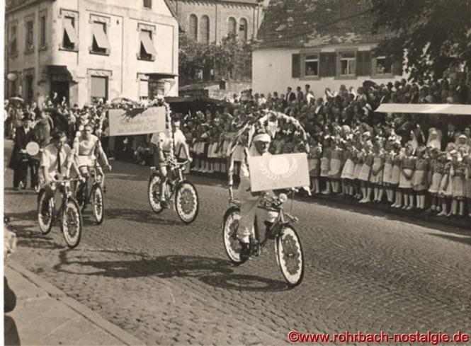 Auf dem Fahrrad vorne: Oskar Heintz (de Radfahrer Heintz)