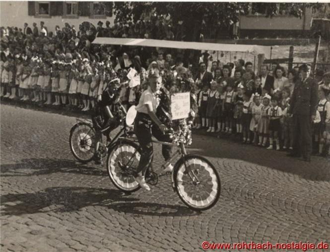 Auf dem geschmückten Fahrrad Artur Gluding