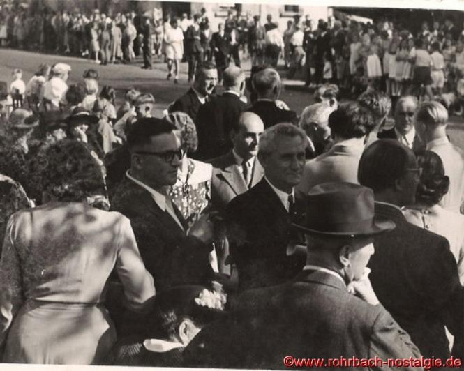 Gute Stimmung unter den Ehrengästen. Im Vordergrund links mit Brille Dr. Egenberger, in der Bildmitte Dr. Hößler
