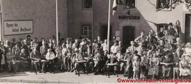 Die Ehrengäste erwarten den Festzug vor dem Raiffeisen