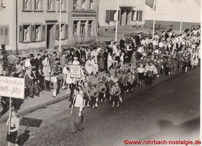 Kinder der evangelischen und katholischen Volksschule