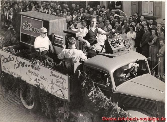Der Wagen der Radiofirma JOBA. Auf dem Wagen hinten links mit Sonnenbrille der Firmenbesitzer Josef Bayer