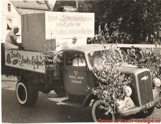"""""""Brot- und Lebensmittelkarten sind jetzt tot, wir backen wieder weißes Brot"""". So stand auf dem Wagen der Rohrbacher Bäcker"""