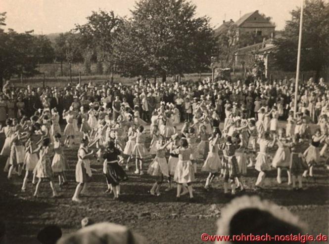 Mit Volkstänzen, Gesangs- und Musikvorträgen enden im Schulhof der Pestalozzischule die Feierlichkeiten anlässlich des 100-jährigen Geburtstages der selbständigen Gemeinde Rohrbachs