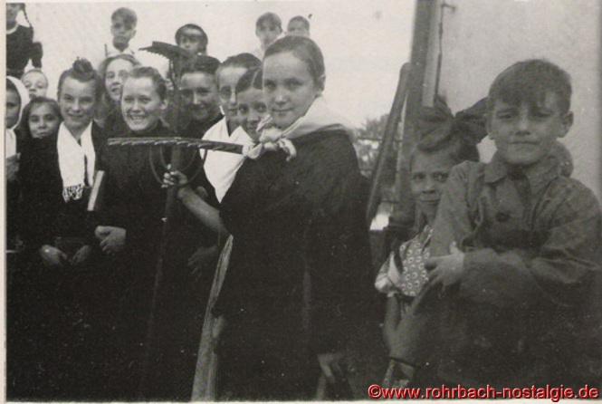 Junge Mädchen und Buben sind fleißige Helfer und Helferinnen bei der Heuernte. Auf dem Foto ganz rechts: Fritz Zimmermann