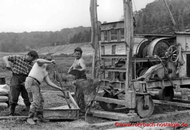 Arbeiter der Rohrbacher Brunnenbohrfirma Jacob & Söhne beim Ausgießen der Bohrlöcher