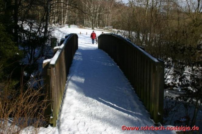 Holzbrücke über den Weiher auf der Seite des Lindenbrunnens