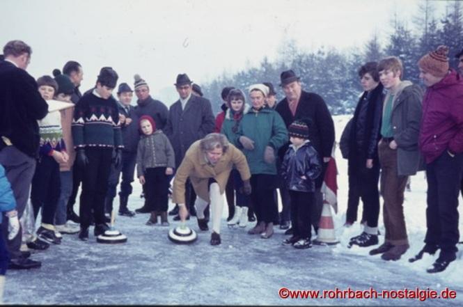 Um 1972 Else Menges beim Curling auf dem zugefrorenen Weiher. Auf dem Foto 4. von rechts, der Rohrbacher Bürgermeister Walter Bettinger