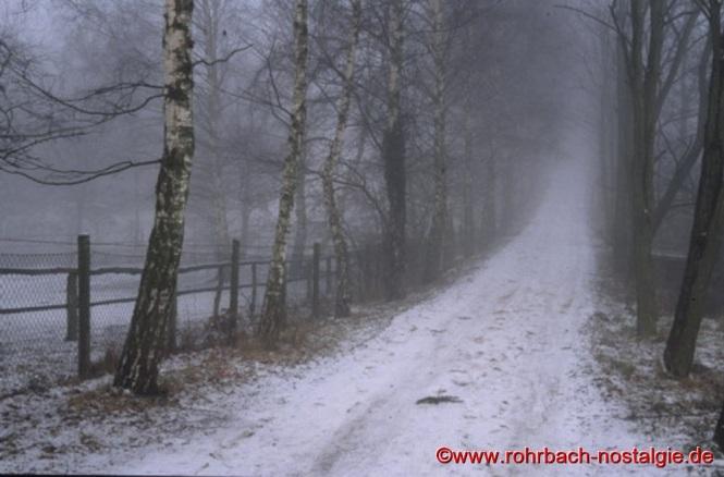 """Der verschneite """"Schwarze Weg"""" am Pfeiferwald entlang des Anwesens Rixecker und der Firma Jansen. Rechts liegt das Wohngebiet """" Auf der Platte """""""