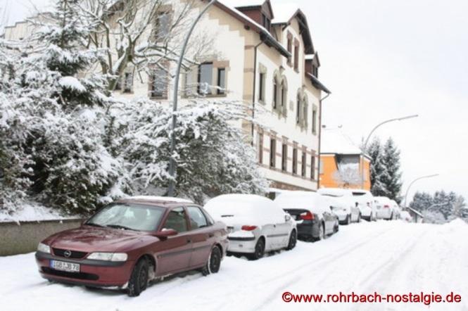 Die Alte Schulstraße mit dem ehemaligen Schwesternhaus auf der linken Seite