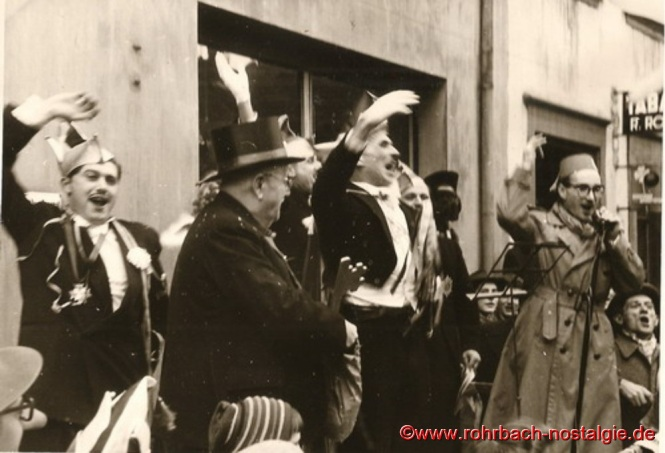 Mit einem dreifachen Alleh Hopp wird die Zeromonie der Übergabe der Regierungsgeschäfte von Bürgermeister Jakob Oberhauser an das Prinzenpaar beendet. Nun beginnt die Fahrt des neu inthronisierten Prinzenpaares an Ihren Untertanen vorbei durch den Ort