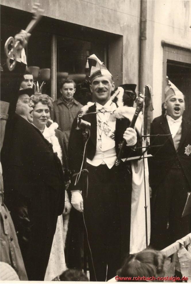 Nach zähen Verhandlungen übergab Bürgermeister die Schlüsselgewalt an das Prinzenpaar. Auf dem Foto von links: Bürgermeister Jakob Oberhauser, Prinzessin Rita I., Günter Weiland, Prinz Artur I., Heinz Gehring (de Klowe)