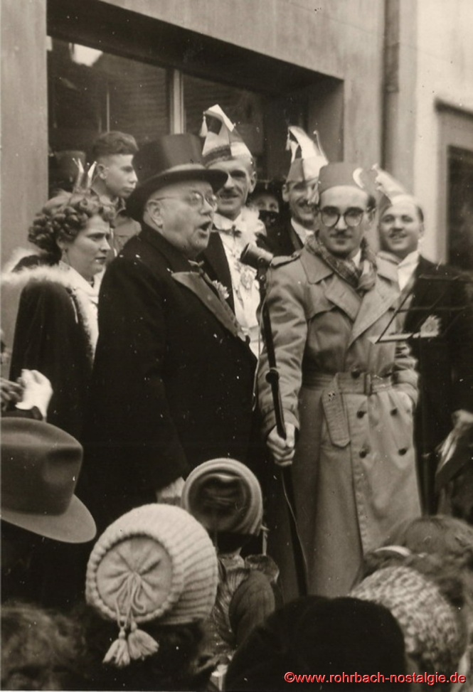Bürgermeister Oberhauser gibt sich geschlagen und spricht an das närrische Volk. Auf dem Foto von links: Prinzessin Rita I., Bürgermeister Oberhauser, Prinz Artur I., Albert Walch und Heinz Gehring (de Klowe)