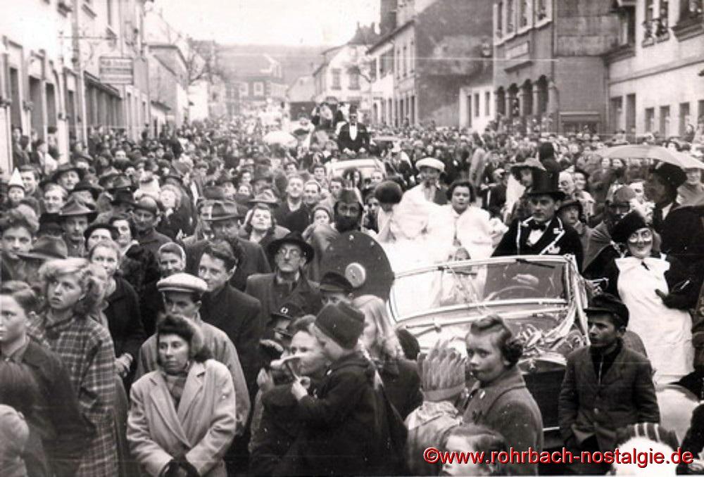 1954 Beim ersten Rohrbacher Faschingsumzug säumten Tausende die Straßen