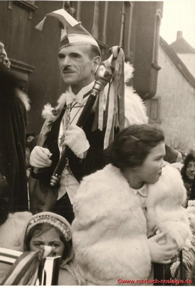 Prinz Artur I. von Finkendahlheim macht sich schon Gedanken um seine Amtsführung. Im Prinzenwagen vorne halb verdeckt Marie-Luise Wagner, daneben Christa Oberhauser