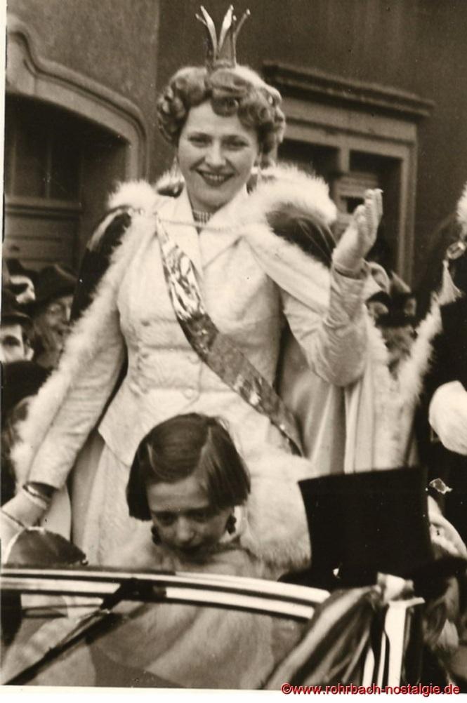 Die glückliche Prinzessin Rita I. von Wadwolfshausen. Vor ihr im Wagen steht Ursula Banholzer