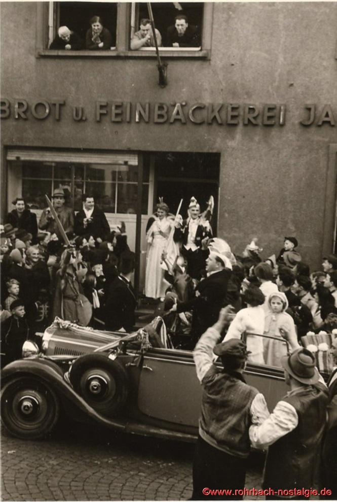 Das Prinzenpaar zeigt sich erstmals seinem närrischen Volk. Am Fenster oben rechts: Jakob Wolf (Vater der Prinzessin) und Heinrich Bastian (De Brocke). Im Prinzenwagen hinten rechts die 5-jährige Marie-Luise Wagner