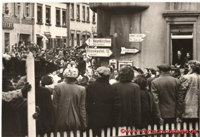 Tausende drängen sich an den Straßen. Hier Ecke Kaiserstraße-Bahnhofstraße