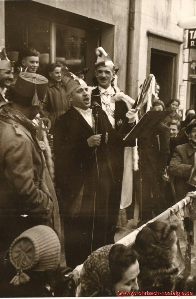 Hofmarschall Heinz Gehring (de Klowe) führte die Verhandlungen um die Zepterübergabe zwischen Bürgermeister Jakob Oberhauser an das Prinzenpaar. Rechts im Bild Prinz Artur I.