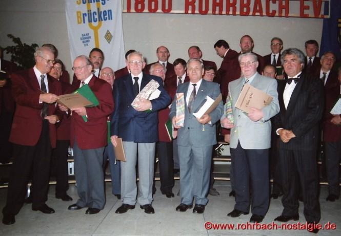 1995 Willi Hardeck wird beim 135-jährigen Jubiläum des Männerchores 1860 vom Vorsitzenden Konrad Wendel geehrt. Auf dem Foto in der 1. Reihe von links: Konrad Wendel, Willi Hardeck, Gerhard Schaar, Heinz Gehring (de Klowe) und Friedrich Dumont (Wirt der Gaststätte Glashütterhof)
