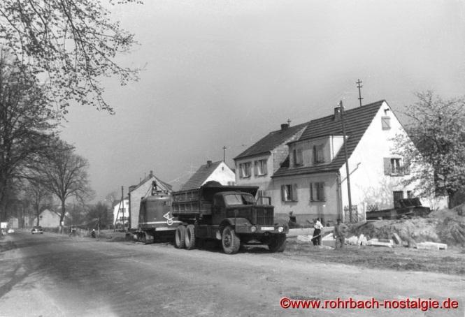Um 1955 Die Kaiserstraße vor Beginn des Autobahnbaus am Ortsausgang Richtung Kirkel (Foto: Willi Hardeck)