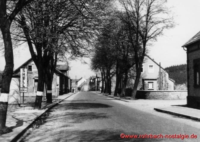 Um 1935 Die Kaiserstraße im Ewwerdorf. Rechts gehts in den Talgarten