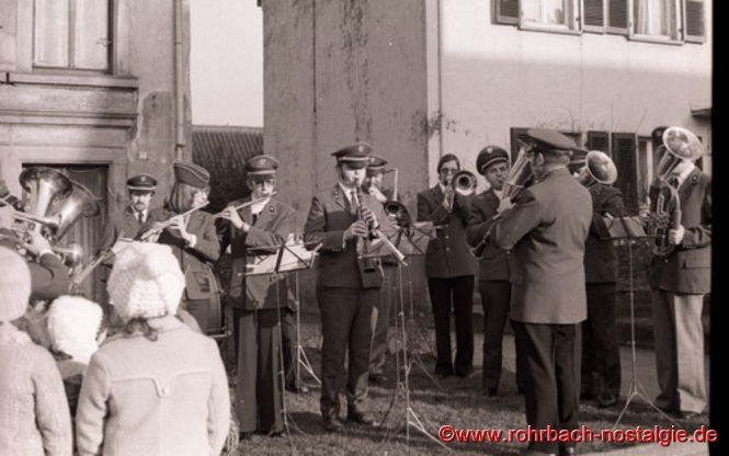 1974 Die Bläsergruppe beim Weihnachtsblasen. In der Bildmitte ohne Mütze mit der Posaune Allroundmusiker Norbert Feibel