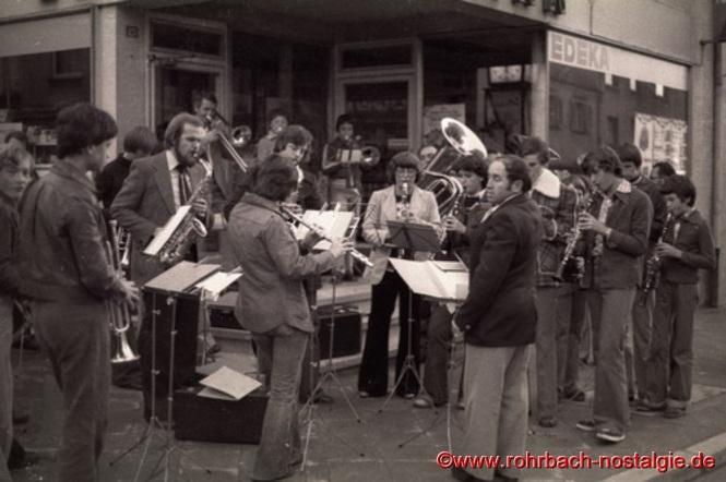 1979 Die jungen Musiker bei einem öffentlichen Auftritt an der Drehscheibe mit ihrem Dirigenten Werner Weißenauer vor dem EDEKA Geschäft Oskar Mann