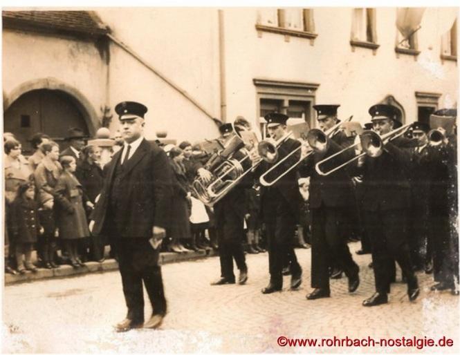 Um 1932 Die Kapelle des Gesellenvereins bei einem Umzug. Vorne im Bild der Dirigent Johann Schaar
