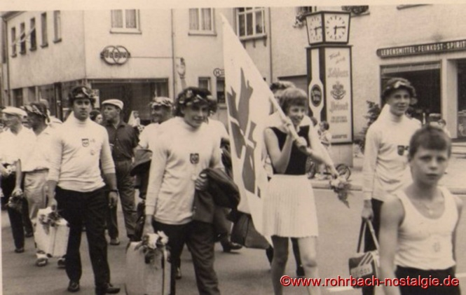 1963 - Die erfolgreichen Teilnehmer des Bundesturnfestes in Essen kehren heim. Auf dem Foto ganz rechts: Otto Quien. Dahinter Manfred Rohe, Christa Schwarz (mit Fahne) und Kurt Menges. Die Reihe dahinter Horst Schiehl