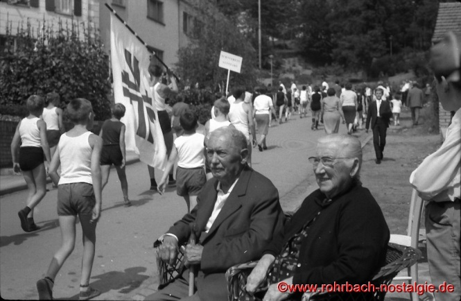 1966 Gaukindertreffen in Rohrbach - Der Festzug marschiert auf der Pullwar beim Ehepaar Philipp Gluding vorbei