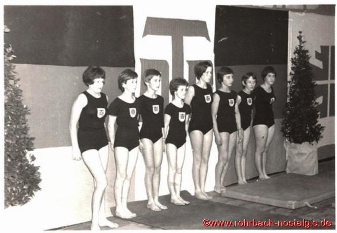 1966 - Junge Turnerinnen der TG Rohrbach. Unsere Aufnahme zeigt von links: Traudel Wagner, Karin Wagner, Uschi Krewel, Gabi Hauck, Steffi Quien, Gabi Kehrwald, Lissi Fischer und Ulrike Christmann