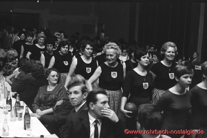 1967 - Die Hausfrauenabteilung der TG beim Schauturnen